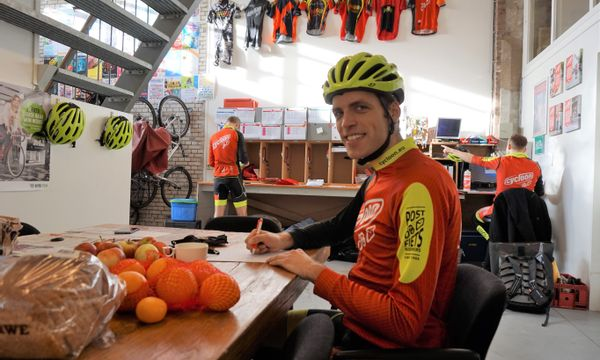 Marco Eerkes is sinds 2016 fietskoerier en inmiddels ook bedrijfsleider bij Cycloon Fietskoeriers Zwolle.