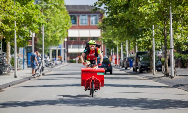 Cycloon springt op de fiets in Ede